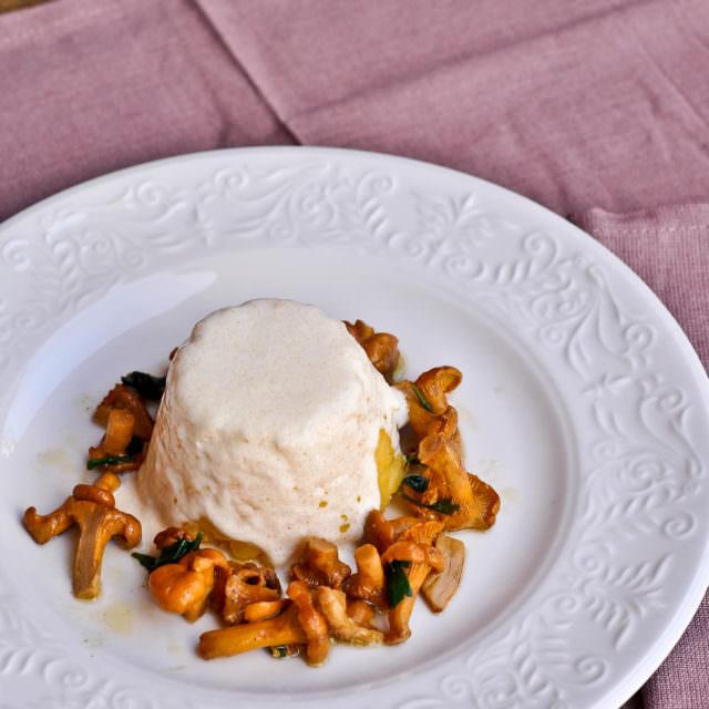 Tortino di polenta con fonduta e finferli