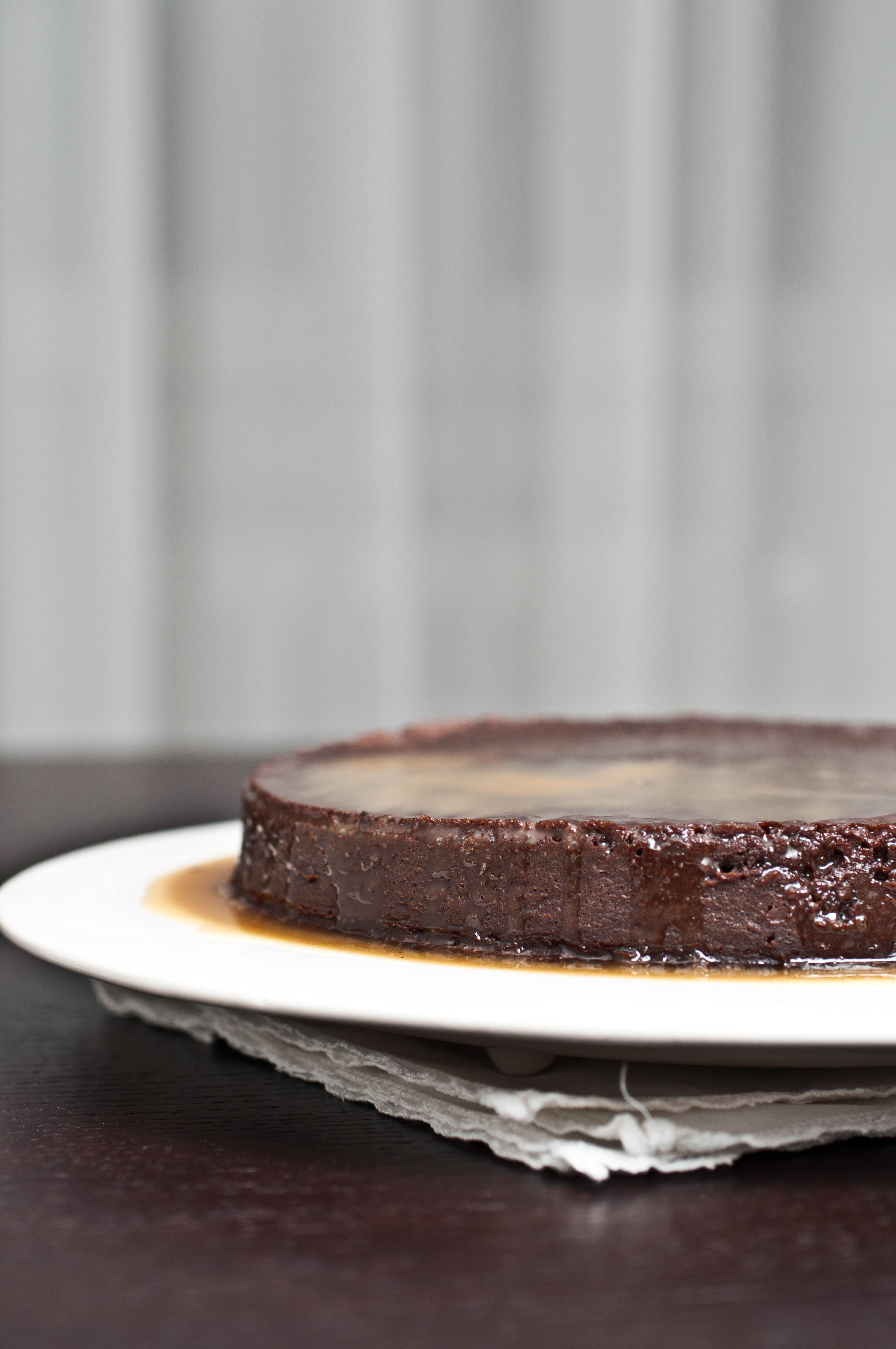 Torta al cioccolato e salsa al caramello salato