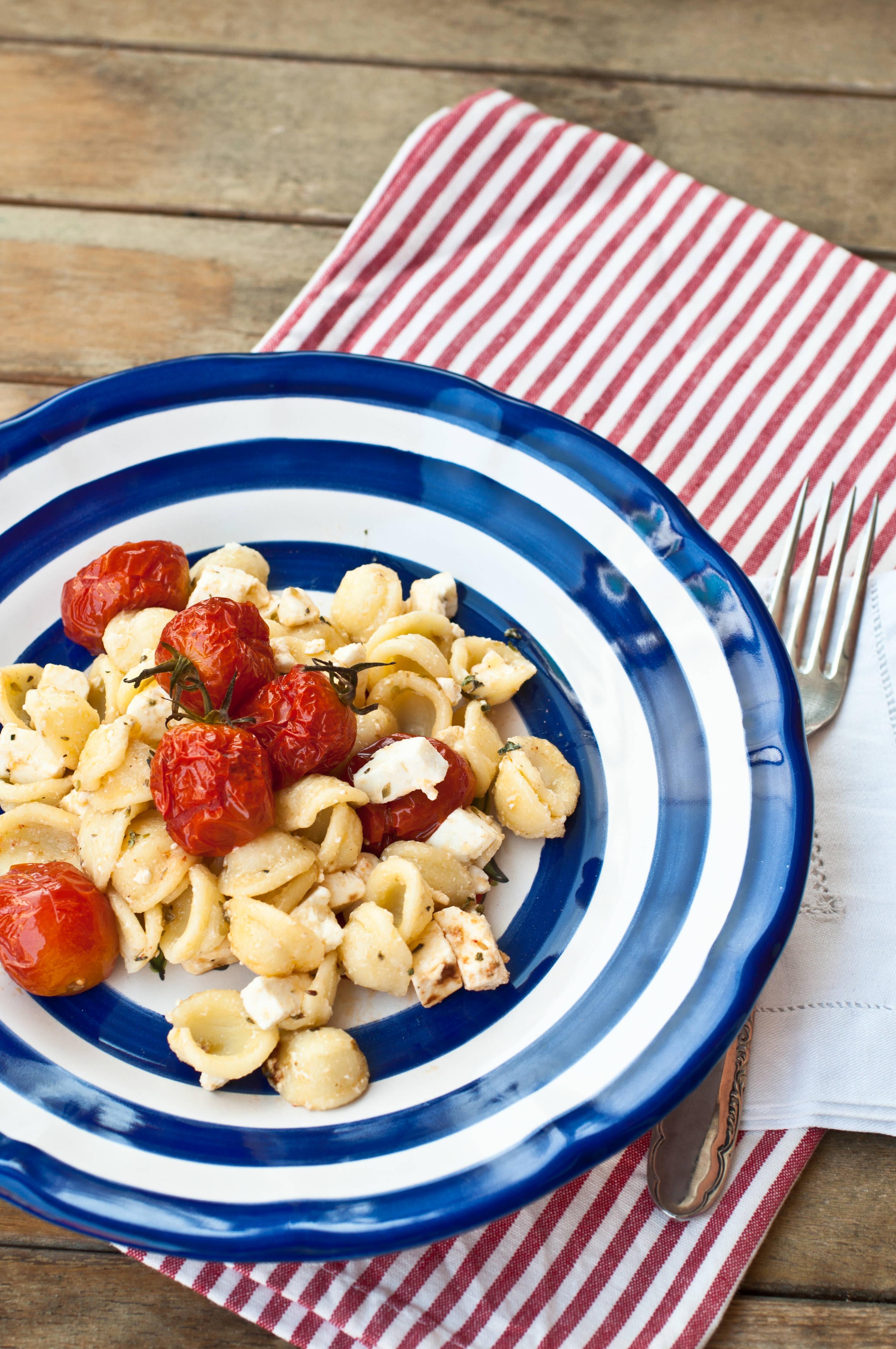 Orecchiette con pomodorini al forno, origano e feta
