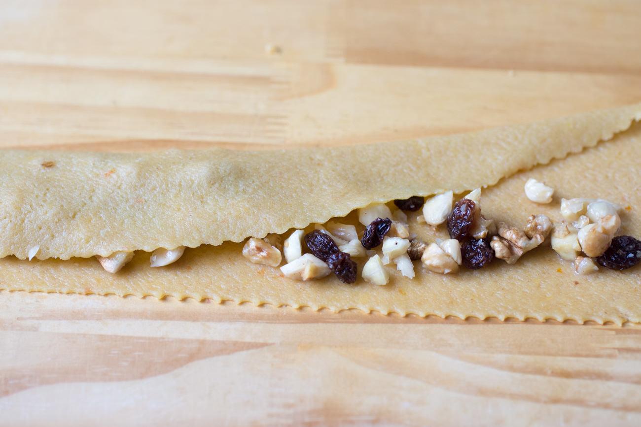 Pitta 'nchiusa: dettaglio ripieno rose - ricetta passo passo