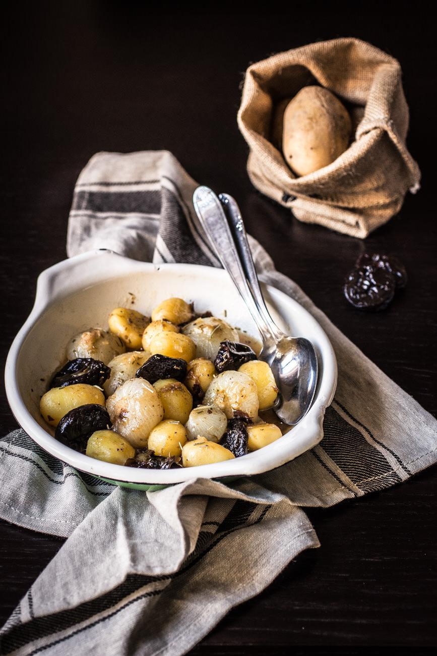 Patate, cipolline e prugne secche