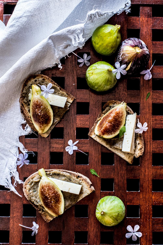 Bruschette con crema di melanzane arrosto, pecorino e fichi