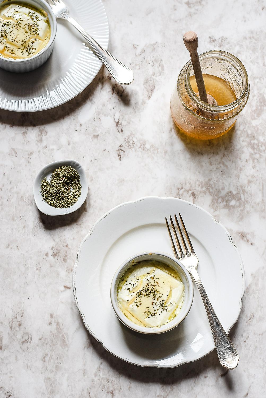 Robiola al forno con erbe aromatiche e miele