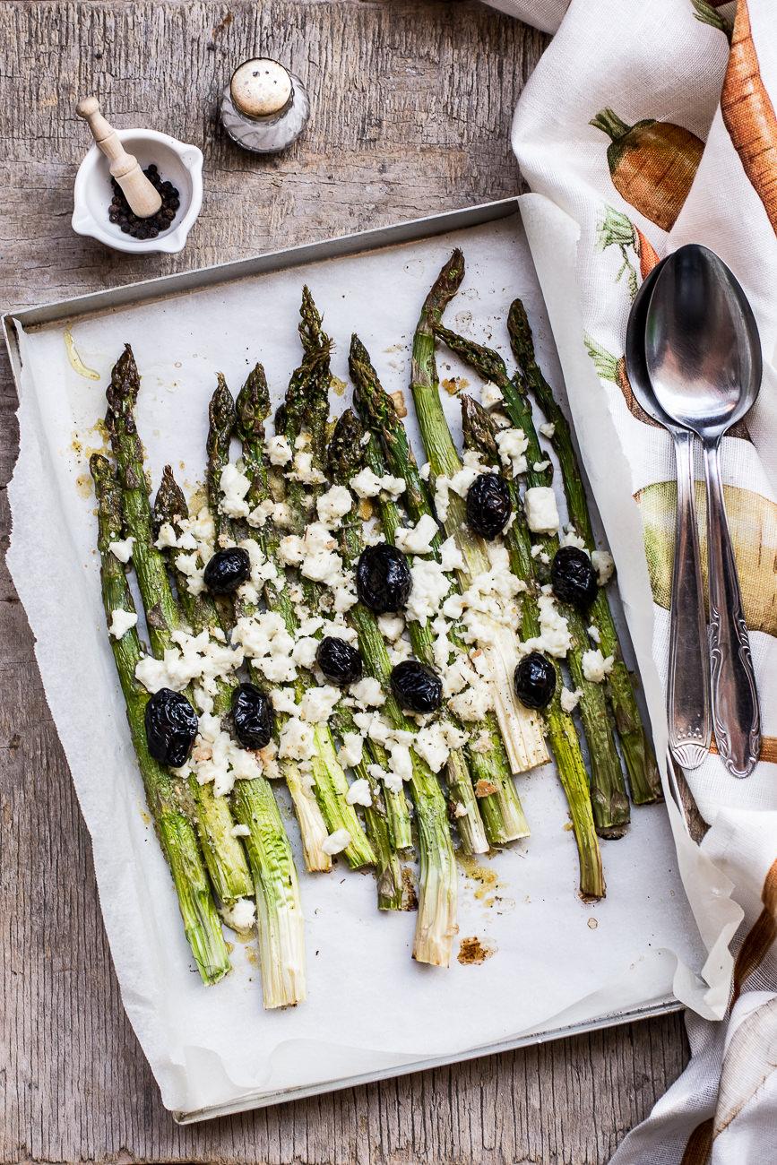Asparagi al forno con feta e olive nere