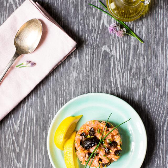 Tartare salmone e prugne secche