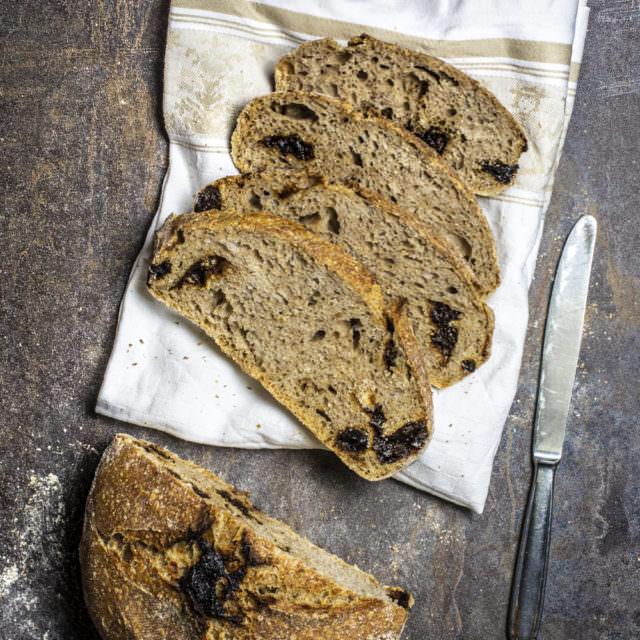 Pane integrale senza impasto con le prugne secche