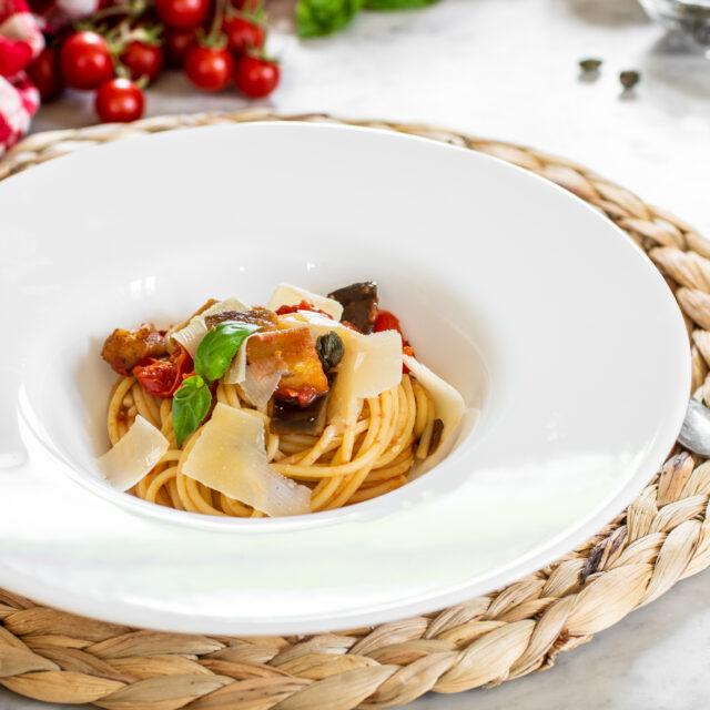 Pasta con melanzane e scaglie di parmigiano
